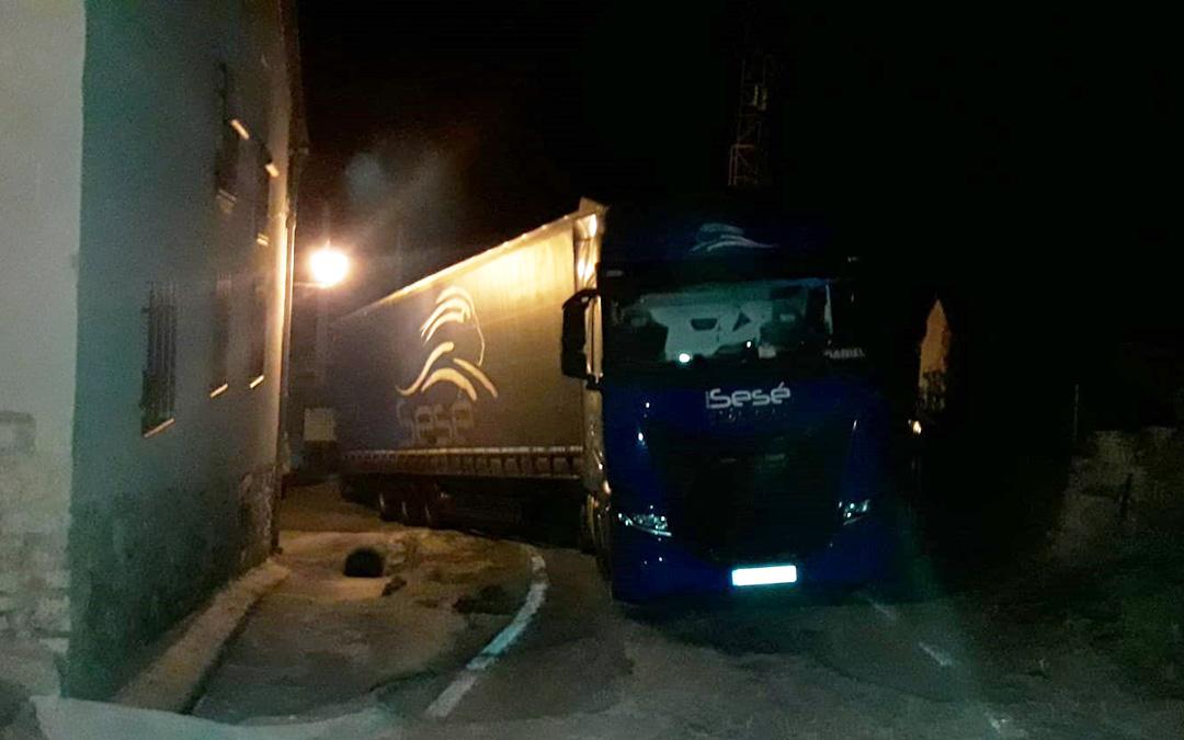 Uno de los camiones que ha quedado atascado en la noche de este jueves en Montoro de Mezquita./ Carmen Olague
