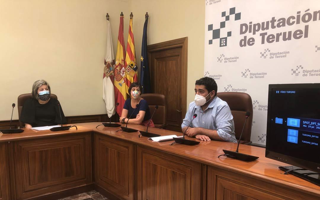 El diputado delegado de Turismo de la DPT, Diego Piñeiro, y la profesora del Ciclo Formativo de Mediación Comunicativa, Guadalupe Caulín, junto a una de las alumnas del curso en la presentación del spot./LA COMARCA