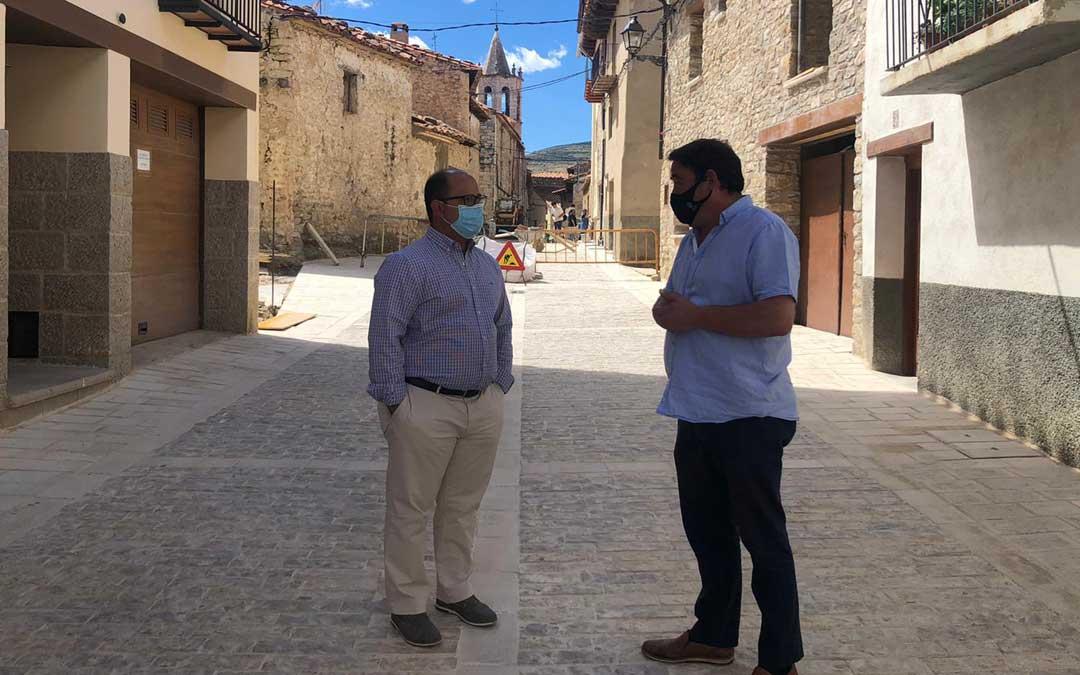 Alberto Izquierdo, vicepresidente de la DPT junto al alcalde de Cantavieja, Ricardo Altabás./ DPT