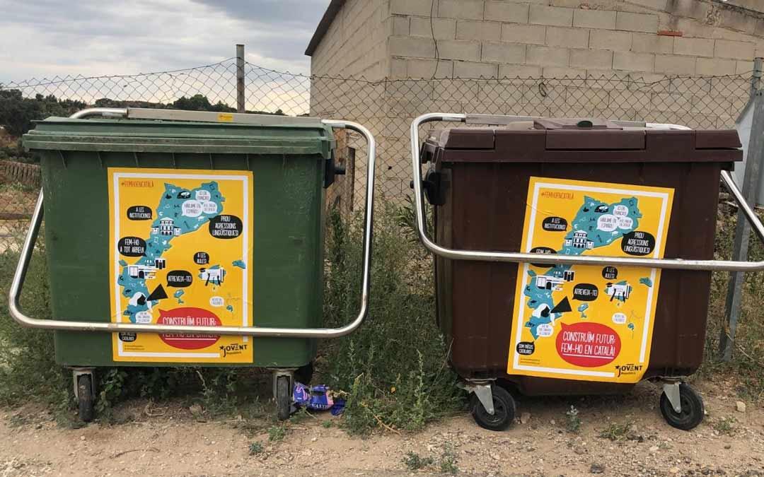 Carteles pegados en los contenedores de la localidad./LA COMARCA