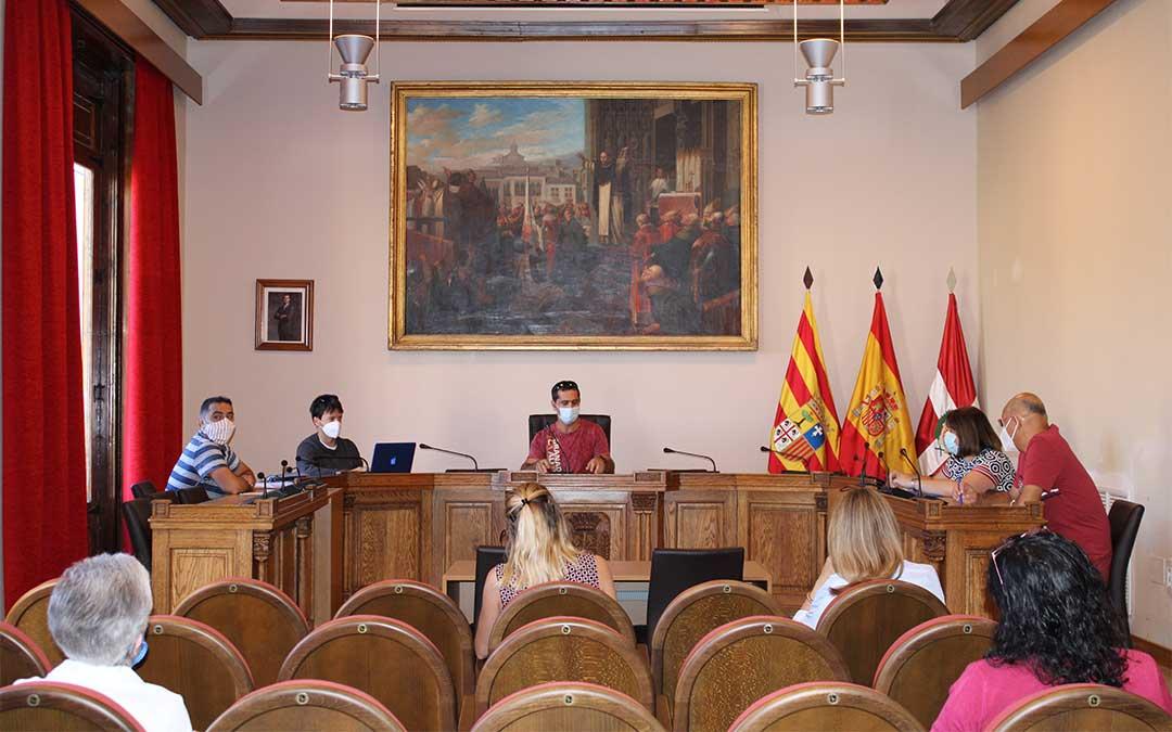 El concejal de educación de Caspe, Gabriel Luena, se reúne con los directores de los centros educativos de la localidad y con el AMPA./ Pilar Sariñena