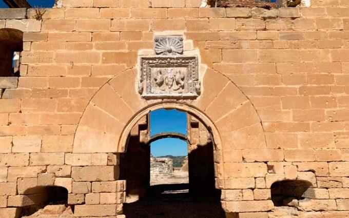 72 esculturas presiden el castillo de Maella hasta el 22 de agosto