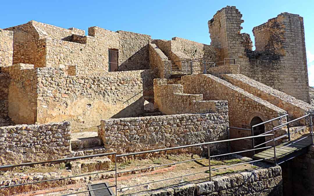 El castillo templario está situado sobre una loma por encima del casco urbano de Castellote