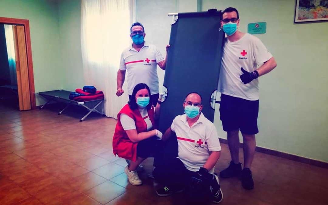 Equipo de Cruz Roja de Zaragoza durante la instalación del centro limpio.