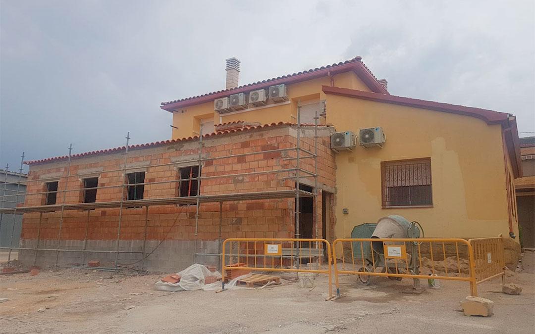 Las obras del nuevo espacio que se habilitará para albergar la guardería municipal, situadas detrás del ambulatorio./ Pilar Sariñena