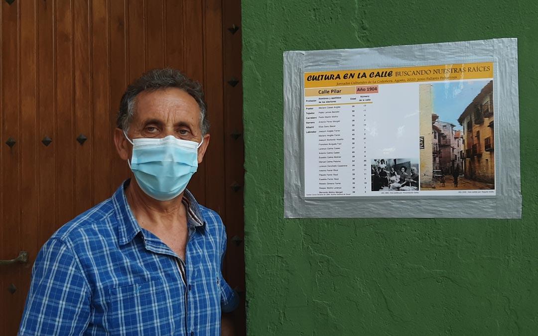 Jesús Pallarés junto a uno de los paneles que forman la exposición 'Cultura en la calle'./L.C.