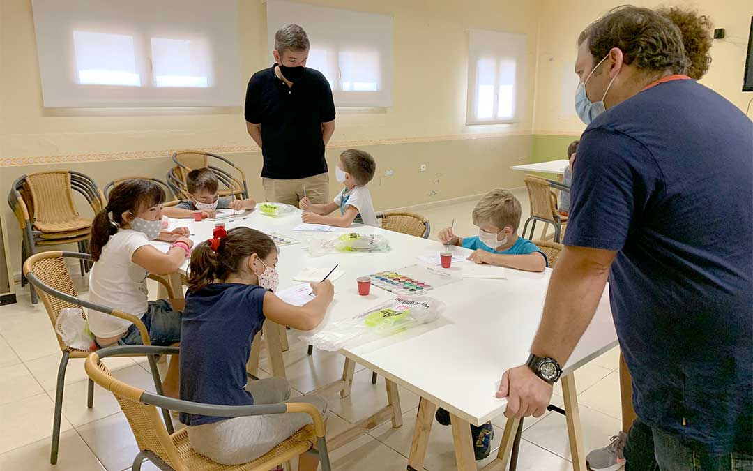 El alcalde de Alcañiz, Ignacio Urquizu, junto con el técnico de infancia y juventud, visitan la colonia infantil de verano de Valmuel./ Ayto. de Alcañiz