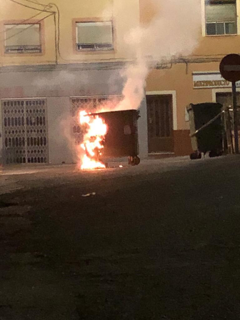 Contenedor de basura en llamas tras un acto de vandalismo./LA COMARCA
