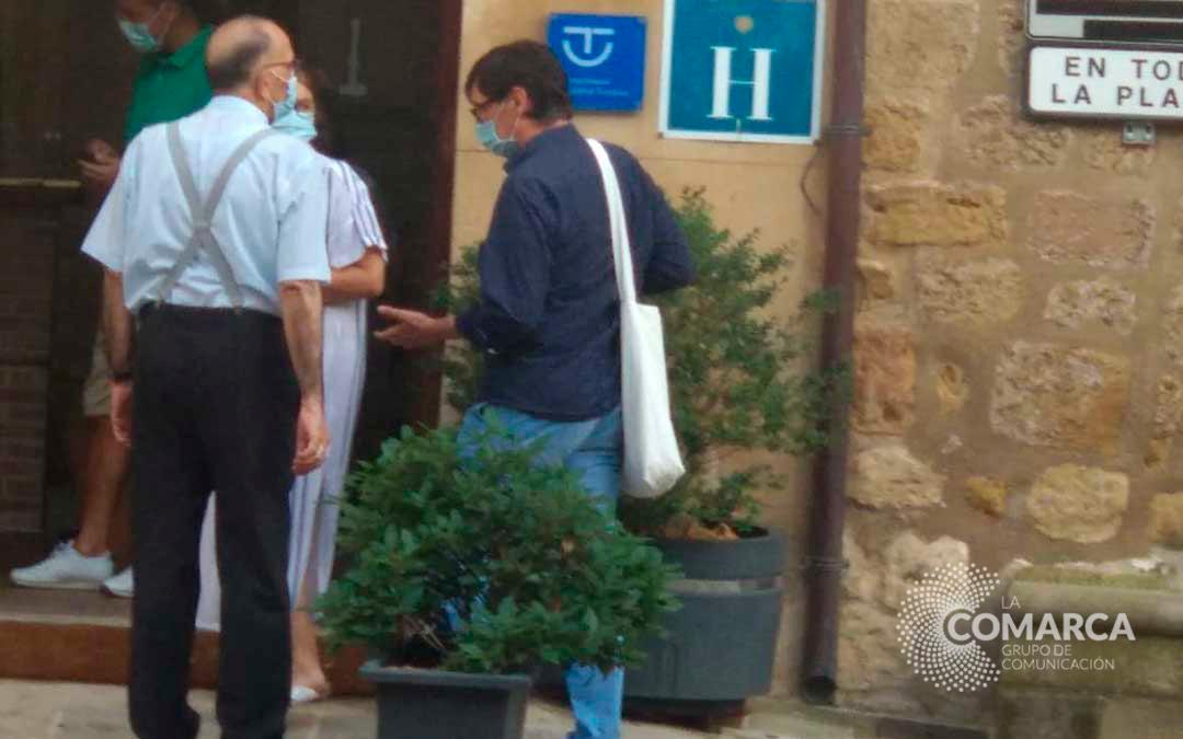 El ministro Illa junto al cardenal Juan José Omella en la plaza de España de Cretas./ La COMARCA
