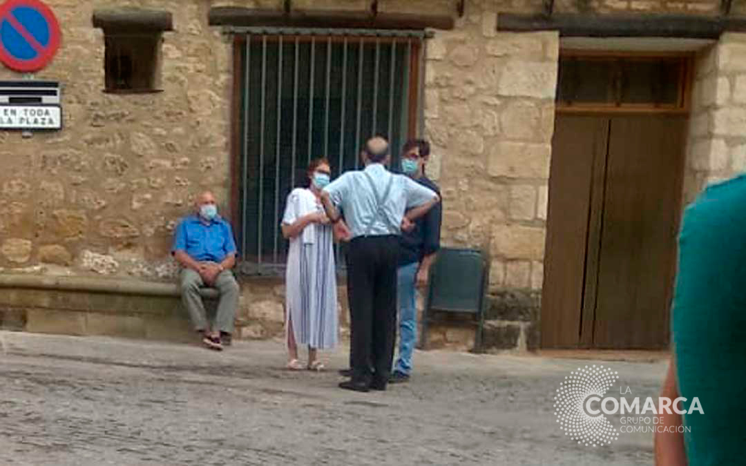 Varios vecinos fotografiaron al ministro en su visita a Cretas.