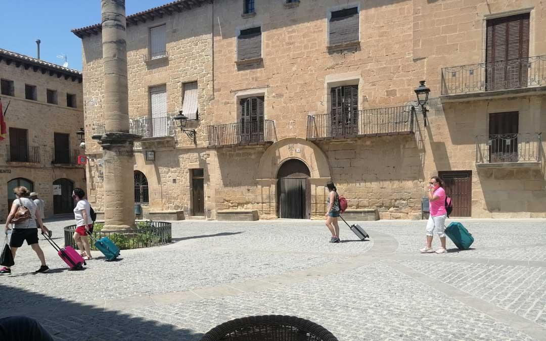 Movimiento en la plaza de Cretas, punto de paso de turistas, vecinos y segundos residentes. / Javier de Luna
