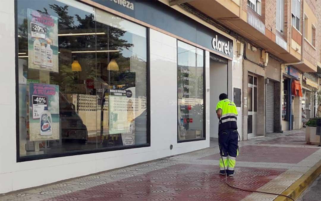 Un operario desinfecta la vía pública en Utrillas frente a un comercio de la localidad./ Ayto. Utrillas