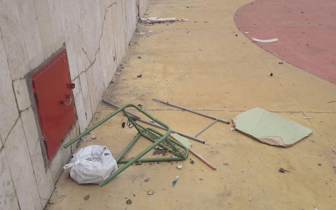 Silla destrozada en un acto de vandalismo en el anfiteatro de Utrillas./LA COMARCA