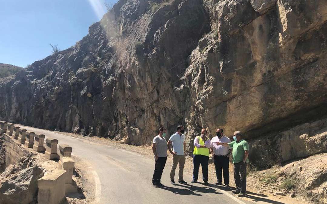 Alberto Izquierdo, vicepresidente de la DPT, junto a los alcaldes de Villarroya y Miravete y ganaderos de la zona este mes de agosto./LA COMARCA