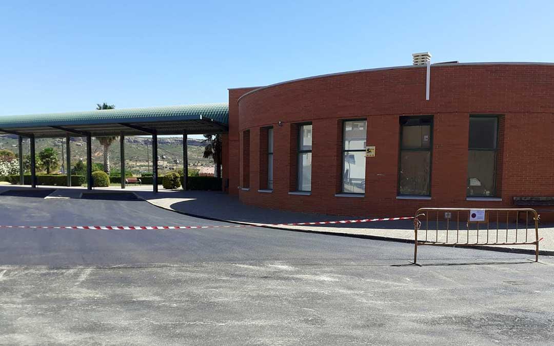 El exterior de la estación de autobuses de Andorra vallado tras las mejoras en el pavimento./ Ayto. de Andorra