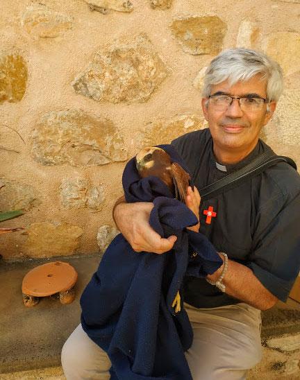El fray Fernando Ruiz cubrió al animal con una manta que tenía en el coche./ Fernando Ruiz