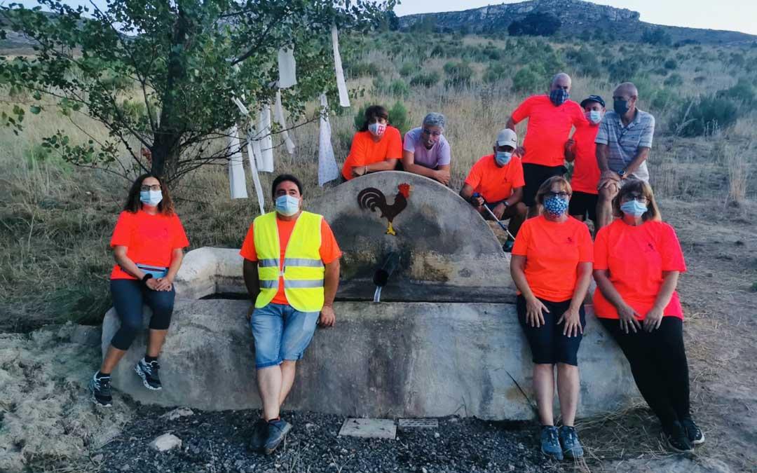 Los gargallinos visitaron una de las fuentes que tiene pintado el símbolo de la localidad./A.C. Las Calderas