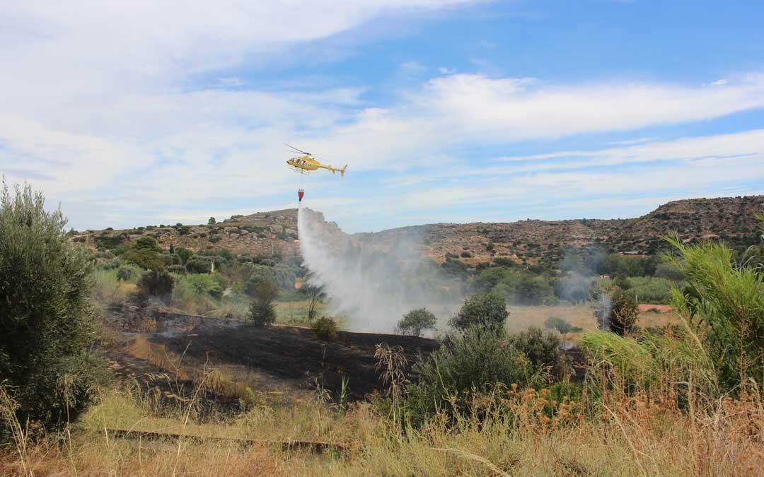 El helicóptero sofocando el fuego / L. Castel