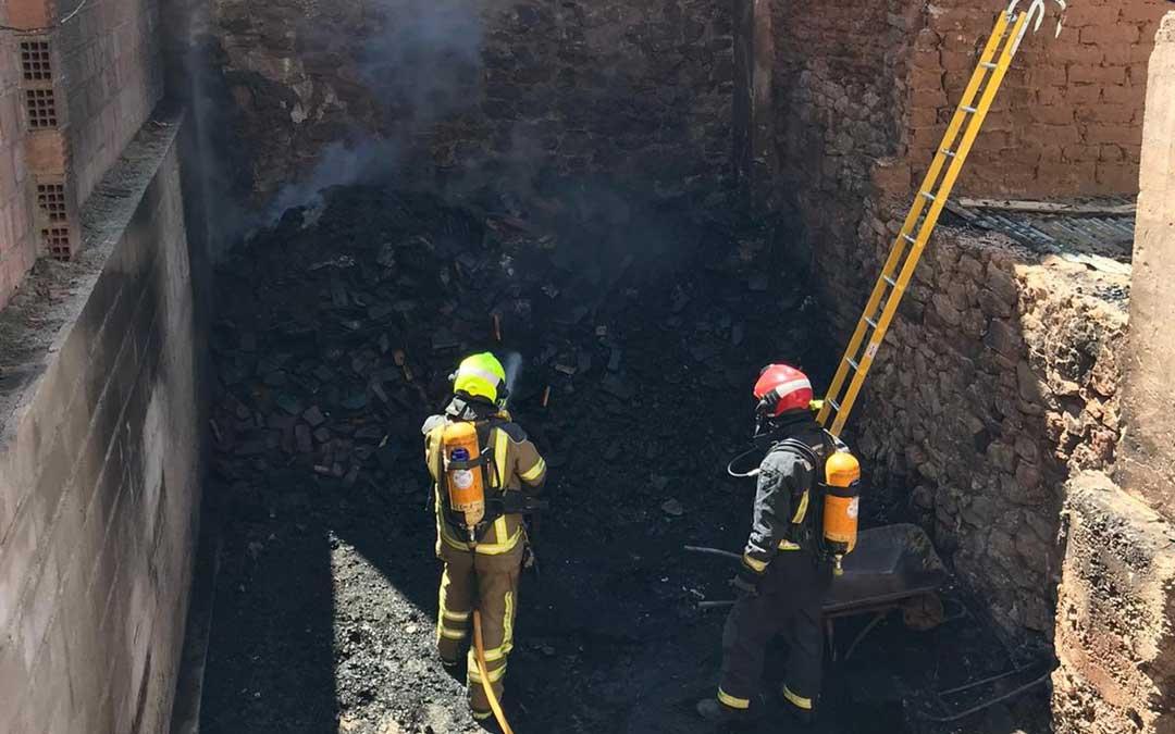 Momento de la extinción del fuego en un solar en el casco hijarano. / Bomberos DPT