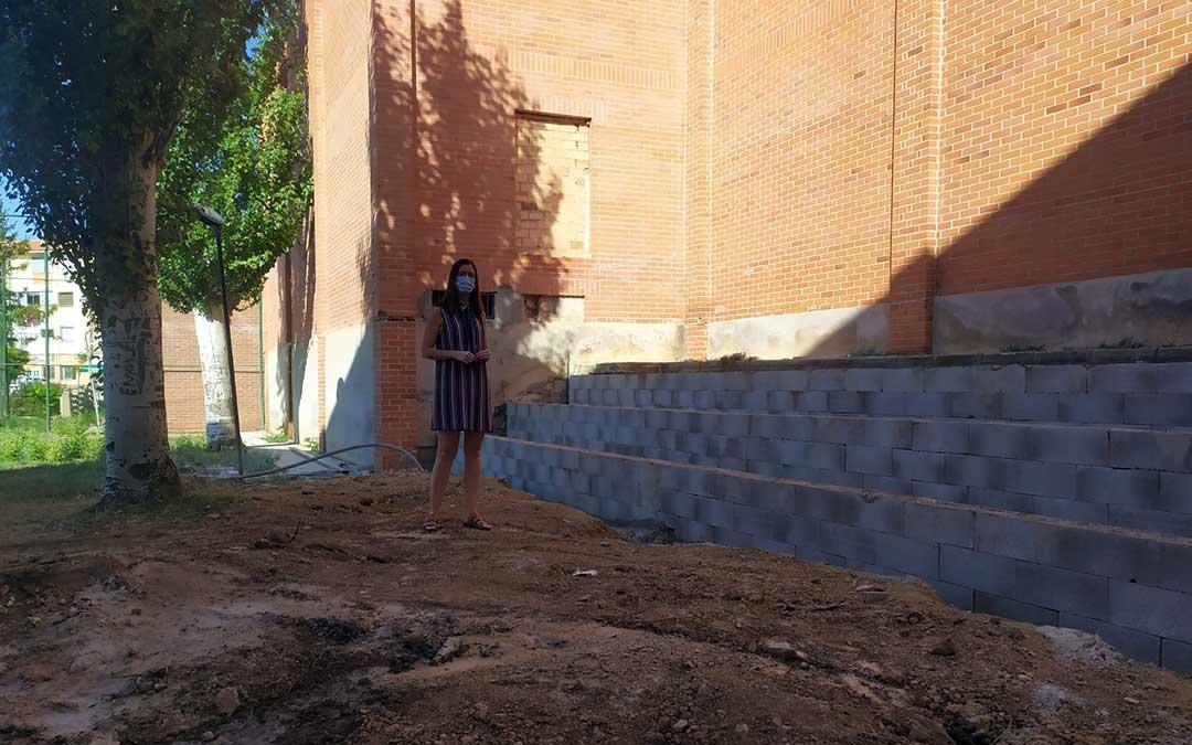 La directora del centro, Noelia Carrasco, en el aula al aire libre de Utrillas, aún en construcción./ N.C.