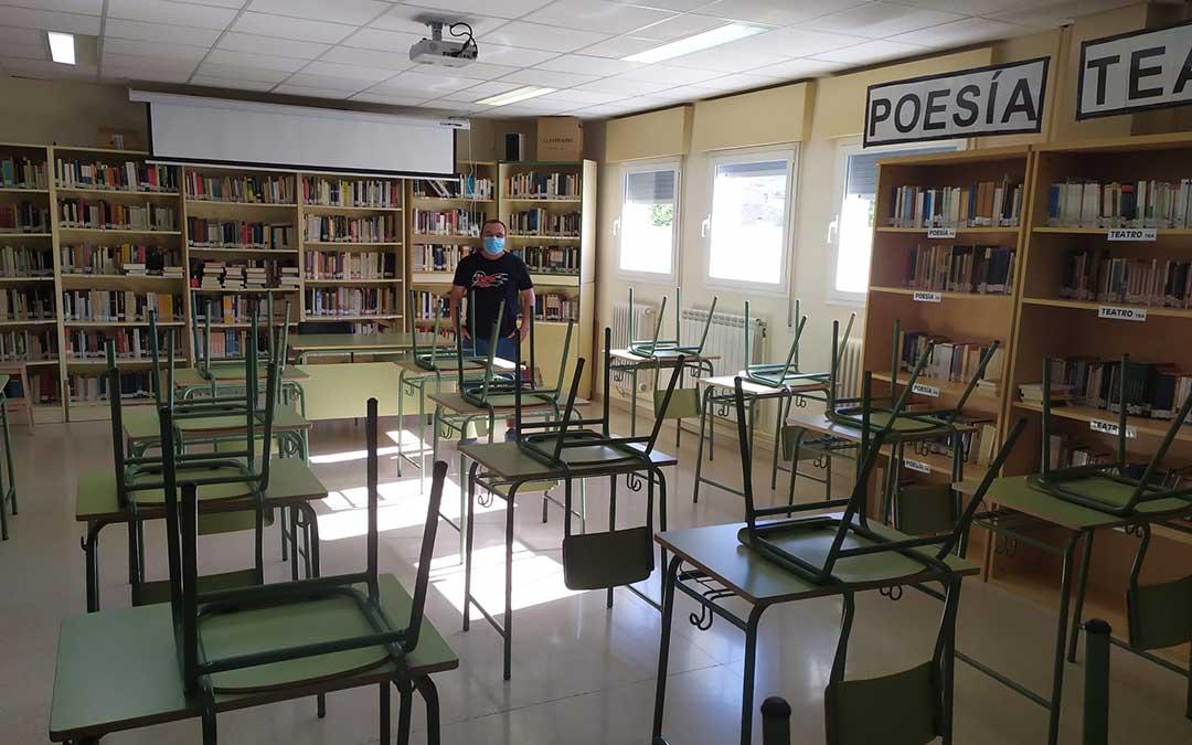 Chuan Burriel, jefe de estudios del centro, en la biblioteca, que será el aula de 2º de Bachillerato./ N.C.