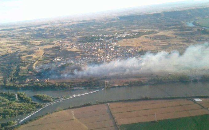 Un incendio forestal obliga a desalojar ocho viviendas en Escatrón