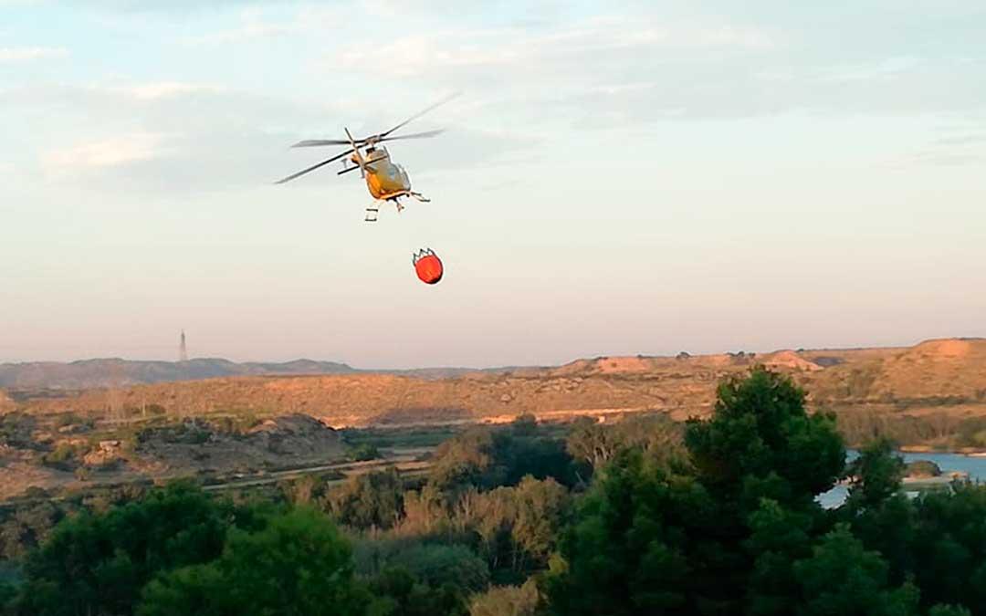 Helicóptero del 112 extinguiendo el incendio. Imagen: Gema Pina.
