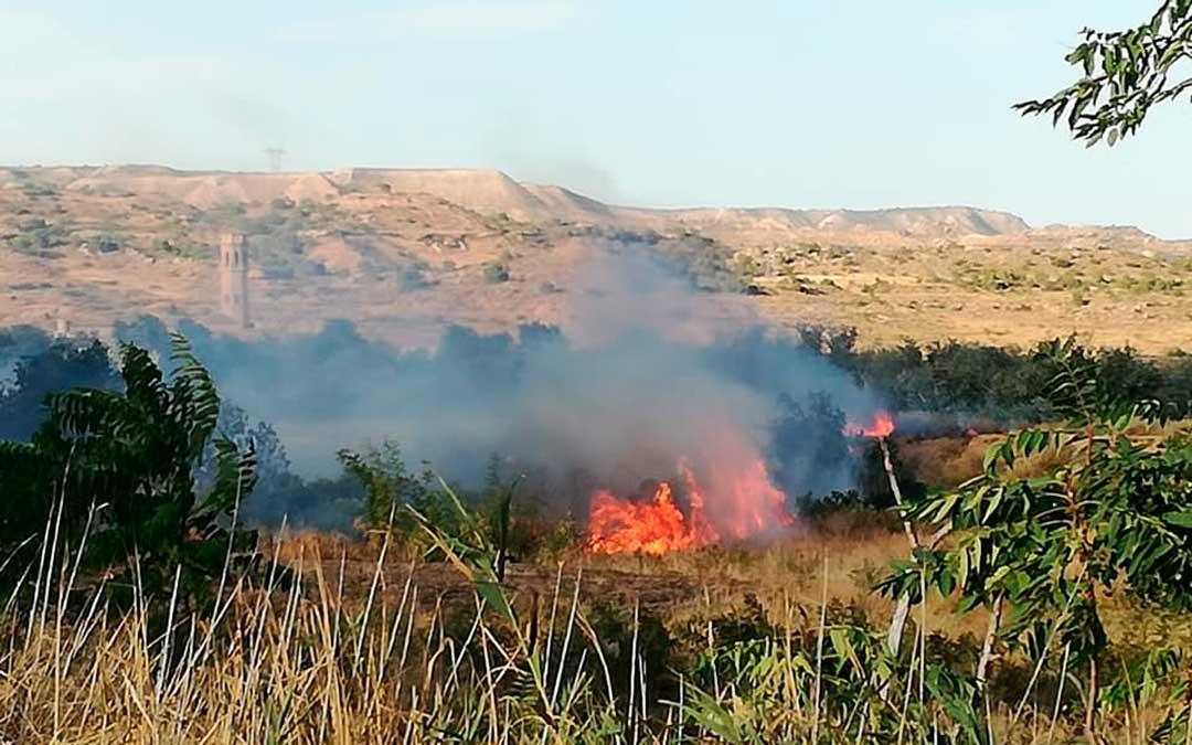 Fotografía de las llamas en las afueras de Escatrón. Imagen: Gema Pina.