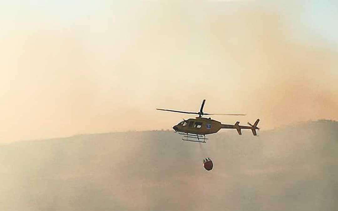 Helicóptero del 112 durante las tareas de extinción. Imagen: Gema Pina.