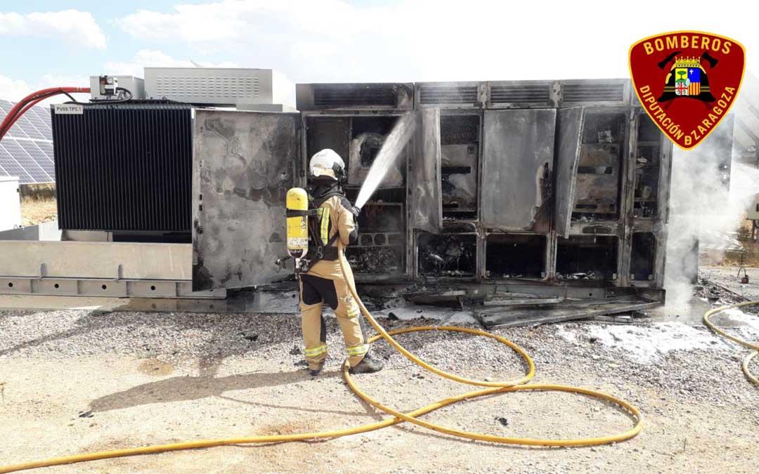 Bombero de la DPZ apagando el fuego en la planta fotovoltaica de Chiprana / Diputación de Zaragoza
