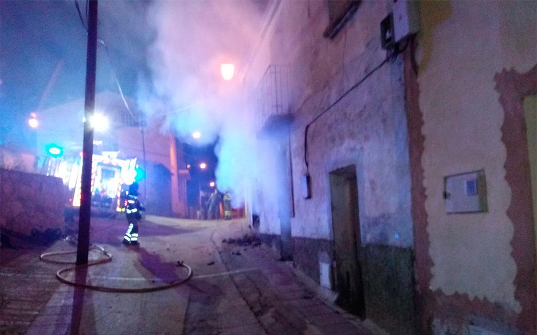 Trabajos de extinción en una casa de Ariño./ Bomberos DPT