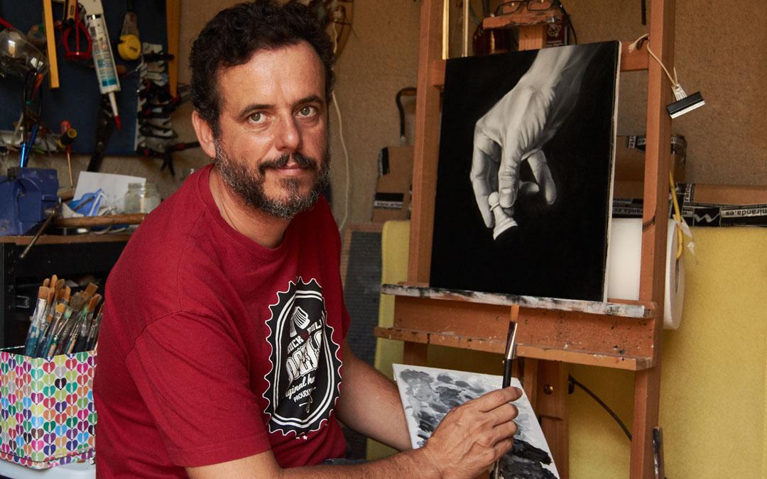 Macipe, en su taller en Ariño con uno de los cuadros de la serie que tiene el ajedrez de hilo conductor. / Joaquín Macipe