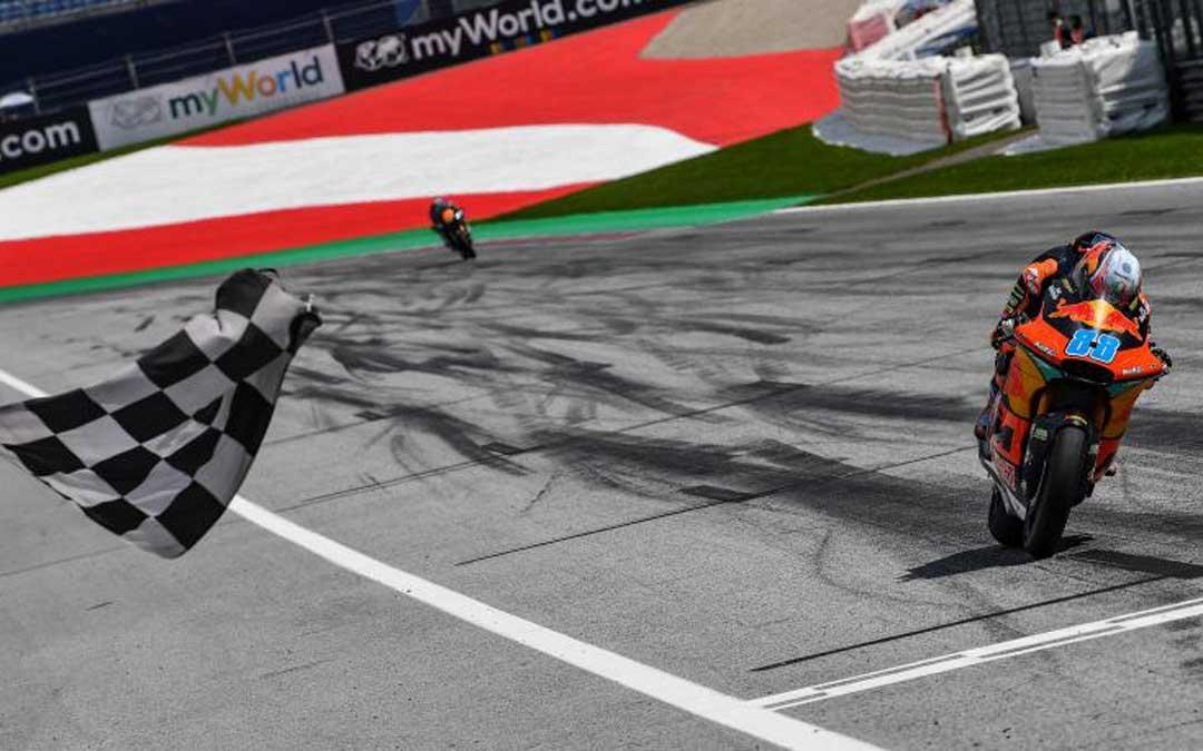 Jorge Martín con KTM pasando bajo la bandera a cuadros en la carrera de la pasada semana