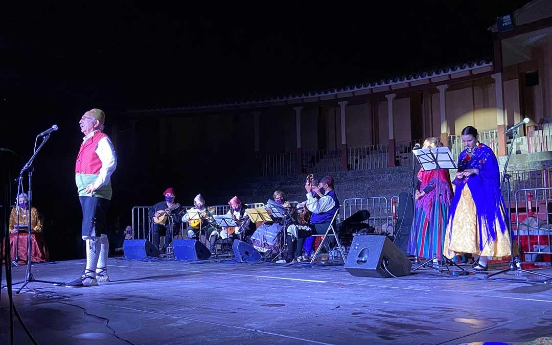Uno de los joteros participantes cantando ante el público albalatino. Al fondo la rondalla con mascarilla cachirulera./ A.M.