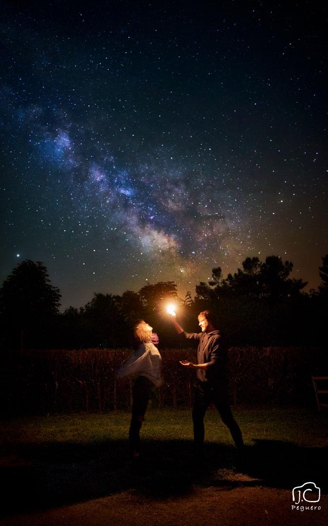 Solsticio de verano en el Monasterio del Olivar de Estercuel jugando con las luces y las estrellas. / Juan Carlos Peguero