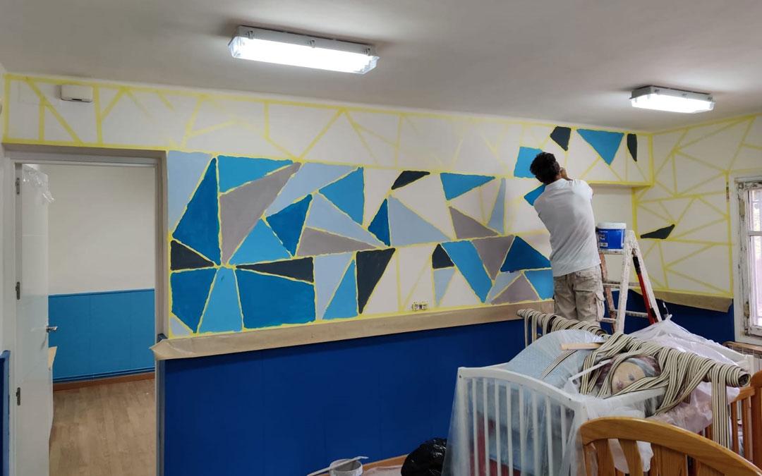 Preparativos del aula de la escuela infantil de La Fresneda que reabre tras dos años sin usuarios. / Frederic Fontanet-Ayto. La Fresneda