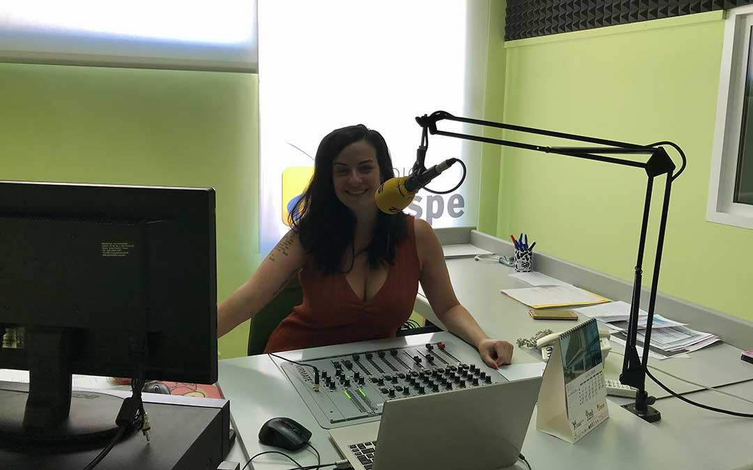 Laura Quílez presenta Hoy es tu día en Radio Caspe.