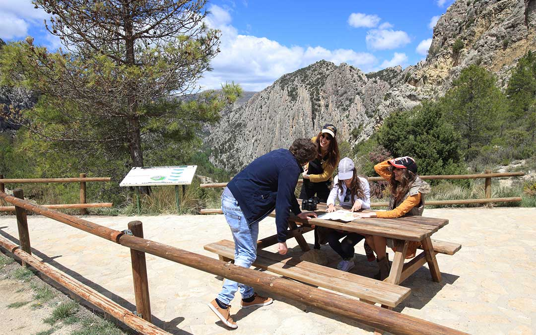 Turistas en el mirador de los Órganos de Montoro./ Comarca Maestrazgo