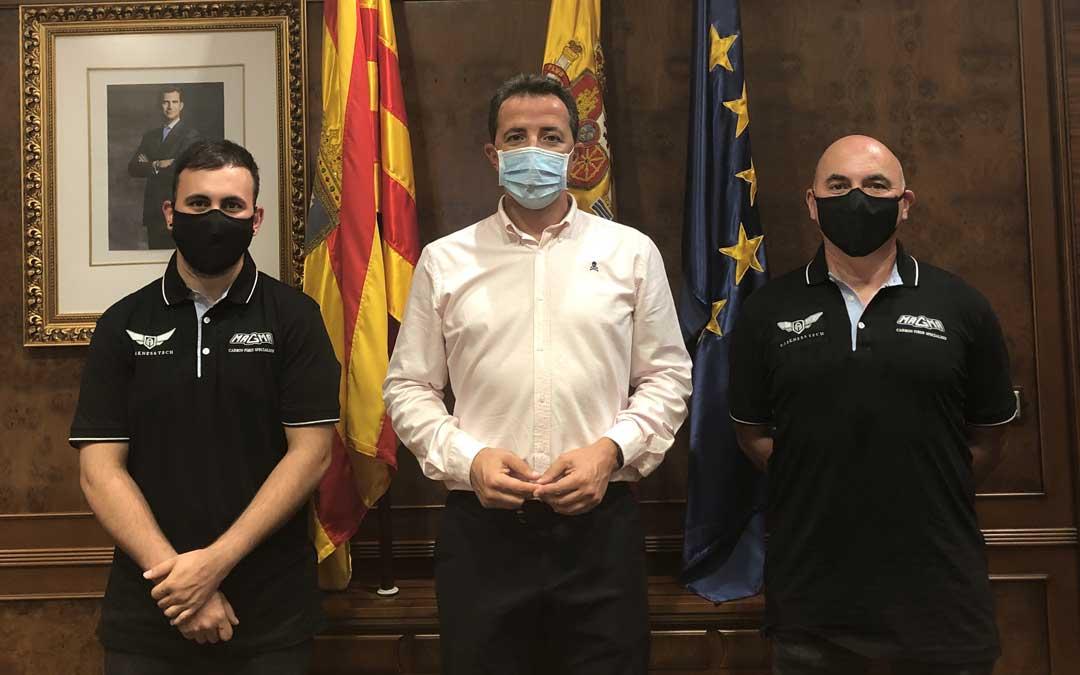 El alcalde de Calanda junto a los responsables de Magma Composites / Ayto. Calanda