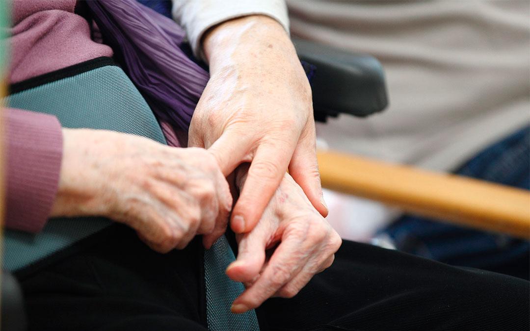 Imagen de recurso de manos de personas mayores./ DGA