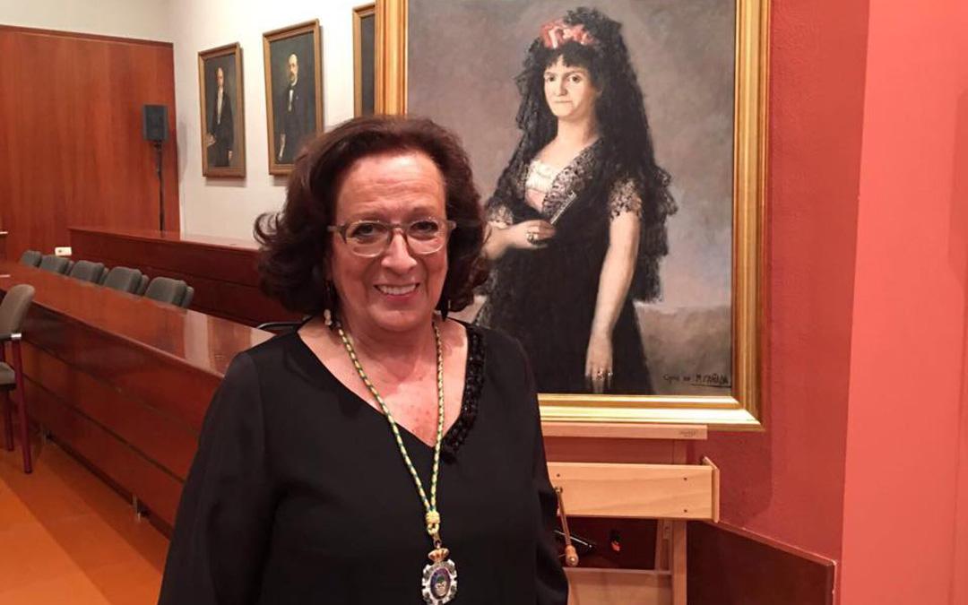 Con el 'Retrato de la reina María Luisa de Parma' en su acceso a la Real Academia de Nobles y Bellas Artes de San Luis. / Estudio Cañada