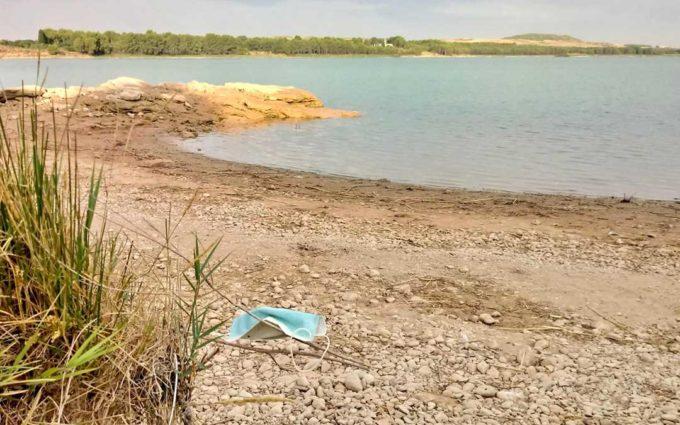 Los Amigos del Río advierten de la presencia de mascarillas en espacios naturales