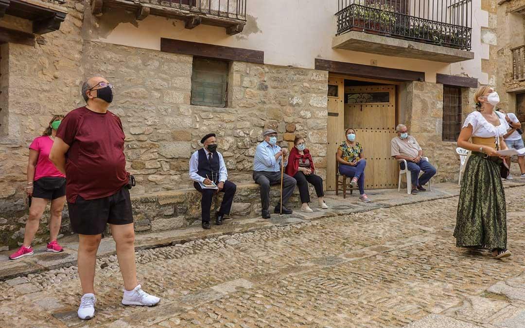 Varios turistas durante la visita teatralizada el pasado viernes en Mirambel./ Héctor Marín
