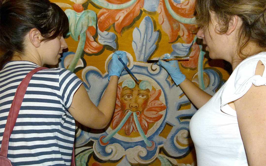 Dos de las operarias que realizaron el trabajo de restauración de las pinturas de la ermita de Santa Lucía en Molinos./ L.C.