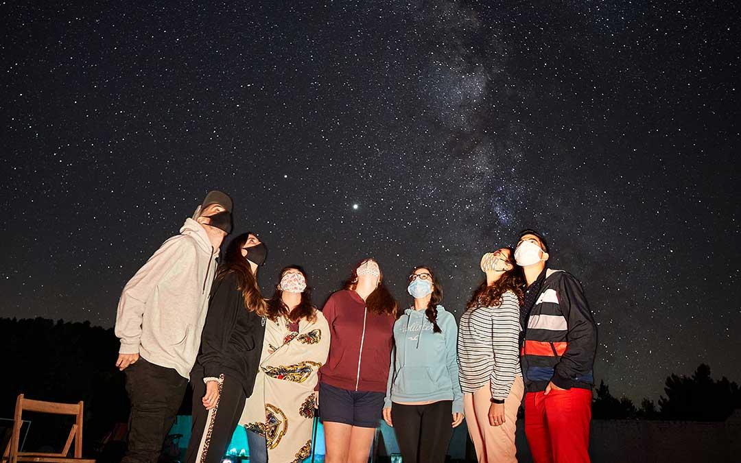 Amigos contemplando la Vía Láctea./ Juan Carlos Peguero