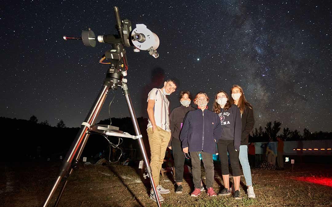 Un grupo junto a uno de los telescopios por los que pudieron verse Júpiter y Saturno./ Juan Carlos Peguero