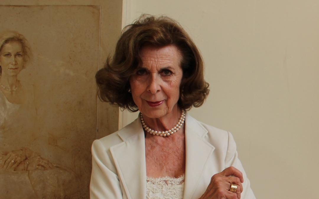 Nati Cañada, hace unos años en una retrospectiva de su carrera en Alcañiz junto a un cuadro de la Reina Sofía. / La COMARCA