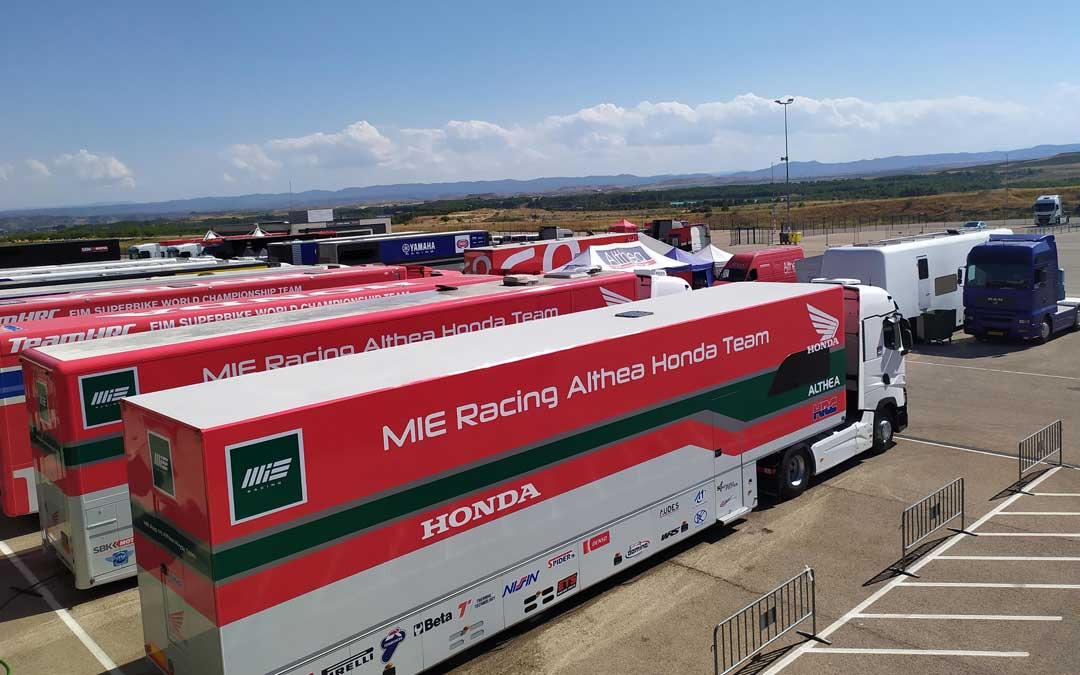 El paddock de Motorland Aragón comienza a llenarse con los camiones de los equipos del Mundial de SBK