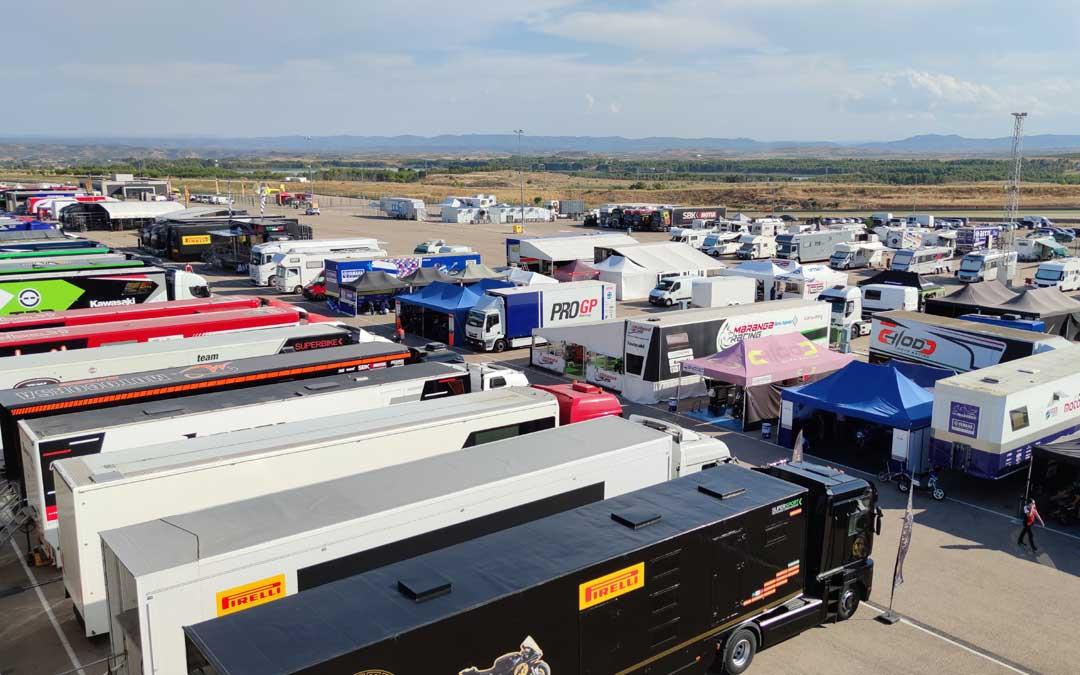 Imagen de archivo del paddock de Motorland Aragón con camiones de distintos equipos./ L.C.