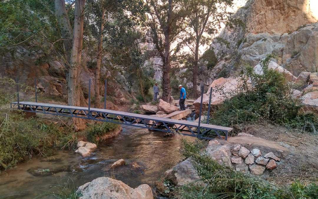 Una de las tres pasarelas que se han colocado para salvar el paso en puntos, hasta ahora, complicados del GR-262./